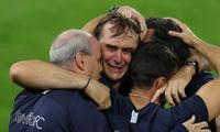 HLV Julen Lopetegui bật khóc sau chiến thắng.