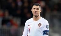 Ronaldo bị nhắc nhở vì quên đeo khẩu trang.