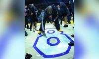 Kobe Bryant ký tên lên sàn đấu cuối cùng trong sự nghiệp.