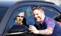Gareth Bale vui vẻ chụp ảnh lưu niệm cùng người hâm mộ.
