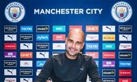 Pep Guardiola rạng rỡ ký hợp đồng mới với Man City.