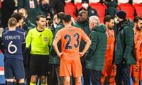 Trận PSG gặp Istanbul bị hoãn vì trọng tài phân biệt chủng tộc