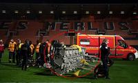 Nhân viên đội bóng bị đèn trên sân rơi trúng đầu tử vong