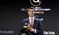 Ronaldo nhận phần thưởng trong đêm gala trao giải Globe Soccer Awards