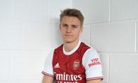 Martin Odegaard tươi cười trong màu áo Arsenal.
