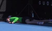 Cô bé nhặt bóng ngất xỉu ở Australian Open