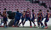 Các đồng đội chia vui cùng Pique sau khi anh ghi bàn nâng tỷ số lên 2-0 ở phút bù giờ