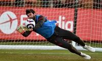 Alisson sẵn sàng trở lại trước Chelsea.