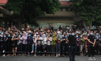 Hàng nghìn người dân chờ dưới mưa dọc đường ra sân bay để chào Chí Tài lần cuối