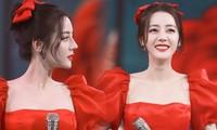Địch Lệ Nhiệt Ba xinh như công chúa Bạch Tuyết, diện đầm đỏ rực đón xuân