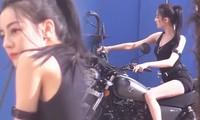 Địch Lệ Nhiệt Ba diện đồ bó sát cưỡi môtô phô diễn đường cong hoàn hảo