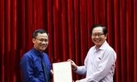 Bộ trưởng Lê Vĩnh Tân trao quyết định cho đồng chí Hoàng Quốc Long.