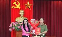 Bí thư Tỉnh ủy Vĩnh Phúc Hoàng Thúy Lan trao quyết định và chúc mừng Đại tá Đinh Ngọc Khoa.