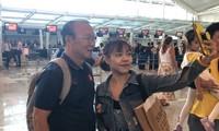 Tuyển Việt Nam rời Bali, CĐV nữ háo hức chụp hình cùng thầy Park