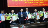 Bí thư Tỉnh ủy Điện Biên Trần Văn Sơn trao quyết định và chúc mừng các đồng chí được chỉ định chức vụ mới.