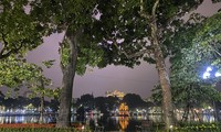 Hà Nội mưa ngập phố, hồ Gươm vắng hoe trước giao thừa
