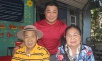 Lý Hùng (áo đỏ) đưa cha - NSND Lý Huỳnh - và mẹ thăm đồng nghiệp ở Viện dưỡng lão nghệ sĩ TP HCM dịp Tết Canh Tý. Ảnh: M.N.