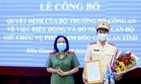 Thiếu tướng Bùi Tuyết Minh, Giám đốc Công an tỉnh Kiên Giang trao quyết định cho Đại tá Đào Hải Đăng. Ảnh: CAND