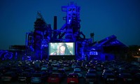 Ngồi ôtô riêng xem phim ở rạp ngoài trời thời dịch COVID-19 gây 'sốt'