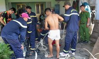 Lực lượng cứu hộ khẩn trương đưa hai nạn nhân tử vong từ giếng lên