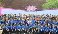 Các đại biểu dự Đại hội Thanh niên tiên tiến làm theo lời Bác lần thứ VI năm 2020 chụp ảnh lưu niệm tại Khu di tích Chủ tịch Hồ Chí Minh. Ảnh: Xuân Tùng