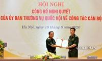 Đại tướng Đỗ Bá Tỵ trao quyết định và chúc mừng Thiếu tướng Đỗ Quang Thành.