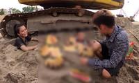 Con trai 'Bà Tân Vlog' bị chỉ trích vì dùng nhang và vàng mã cúng hai em để câu view