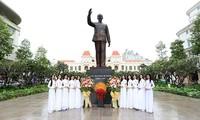 Thí sinh Hoa hậu Việt Nam dâng hoa tại tượng đài Bác Hồ