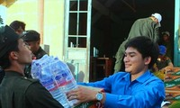 Anh Phạm Văn Dương, giảng viên Trường Chính trị tỉnh Ðắk Lắk (bên phải) trong một chuyến đi thiện nguyện