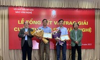 Lãnh đạo Hội Nhà văn Việt Nam chúc mừng 2 tác giả đoạt giải cao nhất của cuộc thi; Tác giả Tòng Văn Hân (thứ 2 từ trái sang) và tác giả Nguyễn Văn Song (thứ 2 từ phải sang)