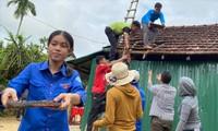 ÐVTN tham gia hỗ trợ tháo dỡ ngôi nhà cũ đã xuống cấp của gia đình em Ðinh Huy (thôn Ka La, xã Sơn Linh, huyện Sơn Hà, Quảng Ngãi)