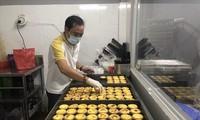 Anh Hoàng Ân làm bánh bán online