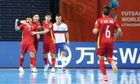 Các cầu thủ Futsal Việt Nam trên sân bóng World Cup