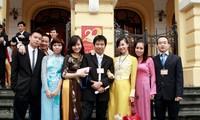 Hoàng Anh Tú (giữa) cùng cán bộ nhân viên Hoa Học Trò. Ảnh: PV