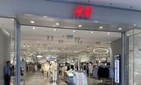 Cửa hàng của H&M dù vào ngày cuối tuần vẫn vắng vẻ Ảnh: Việt Linh