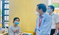 Ông Mai Văn Trinh, Cục trưởng Cục Quản lý chất lượng - Bộ GD&ĐT, động viên thí sinh tại điểm thi Trường THPT Bình Xuyên (Vĩnh Phúc) ngày 8/7 Ảnh: Anh Minh