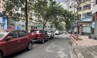 Ô tô đỗ trên đường nội bộ tại một khu chung cư ở Hà Nội vì tầng hầm quá tải