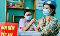 Tiêm vắc-xin phòng COVID-19 cho cán bộ y tế lên đường tham gia lực lượng gìn giữ hoà bình. Ảnh: Ngô Bình