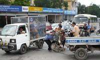 Xe máy cũ nát thường xả khí thải gây ô nhiễm môi trường, người điều khiển dễ bị tai nạn Ảnh: PV