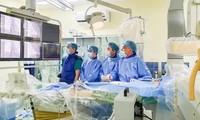 Bác sĩ can thiệp bằng phương pháp đốt điện cứu bệnh nhiẢnh: T.H