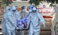 Các tình nguyện viên đưa thi thể một người qua đời vì COVID-19 ở bang Chin, Myanmar đi hoả táng Ảnh: AP
