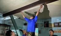 """""""Thợ điện áo xanh"""" thực hiện mô hình """"Điện sáng cho người nghèo"""" trên địa bàn phường Tam Thuận, quận Thanh Khê, Đà Nẵng Ảnh: NVCC"""