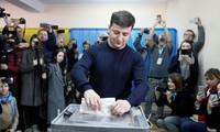 Diễn viên Volodymyr Zelenskiy bỏ phiếu tại một điểm bầu cử ở Kiev hôm qua Ảnh: Reuters