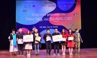 """Nhóm Mèo tam thể (bìa trái) nhận giải nhất cuộc thi """"Tỉnh táo làm quảng cáo"""" Ảnh: Lan Hương"""