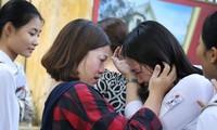Tấm ảnh châm ngòi cho tranh luận: Mẹ con ôm nhau khóc sau giờ thi Ảnh: Diệp Anh