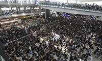 Sân bay Hong Kong kín đặc người biểu tình ngồi Ảnh: SCMP