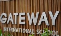 """Trường tiểu học và THCS Gateway đã bỏ chữ """"quốc tế"""" trên website tuy nhiên biển tên trước cổng vẫn để nguyên"""