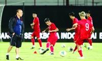Các cầu thủ Việt Nam làm quen với mặt sân thi đấu Ảnh: Hữu Phạm