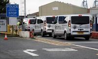 Xe phục vụ tang lễ xuất hiện tại khu vực phát hiện các thi thể Ảnh: Reuters