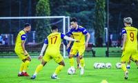 Các cầu thủ có buổi tập đầu tiên trong đợt tập trung chuẩn bị cho 2 trận đấu với UAE và Thái Lan Ảnh: DUY PHẠM